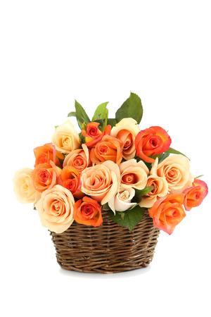 rosas naranjas: Ramo de rosas de color naranja en la cesta aislada en blanco Foto de archivo