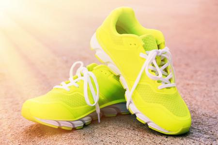 屋外のスポーツの靴のペア。調子を整える