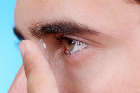 lentes de contacto: Ojo masculino con los lentes de contacto, de cerca