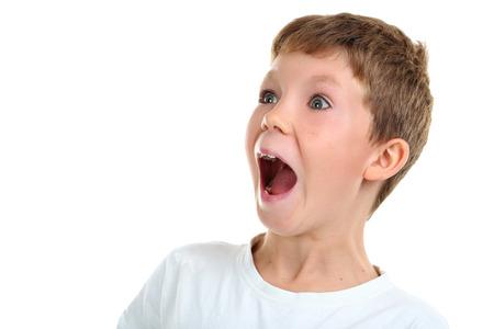 niÑos contentos: Retrato de niño emocional sobre fondo blanco