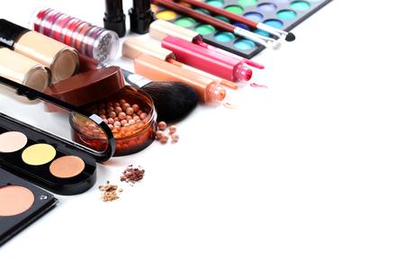 cosmeticos: Cepillo del maquillaje y cosméticos en un fondo blanco