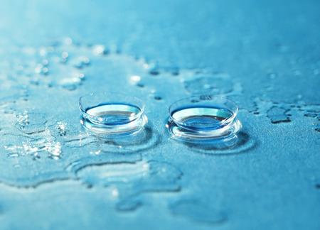 lentes de contacto: P�ngase en contacto con la lente en el fondo azul