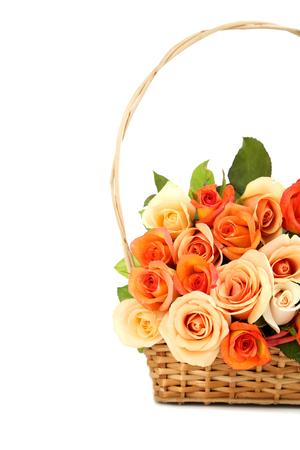 bouquet fleur: Bouquet de roses orange dans le panier sur fond blanc