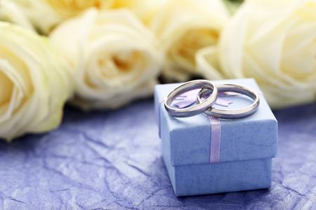 bodas de plata: Los anillos de bodas de plata en un fondo de papel de color p�rpura Foto de archivo