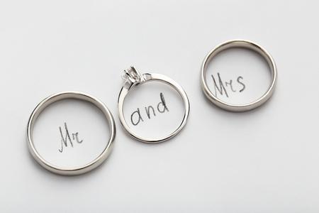 bodas de plata: anillos de bodas de plata sobre papel blanco, de cerca