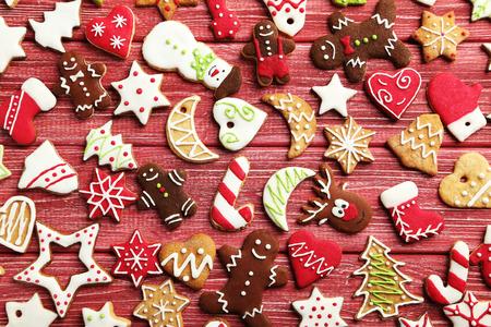 galletas de navidad: galletas de Navidad en una mesa de madera roja