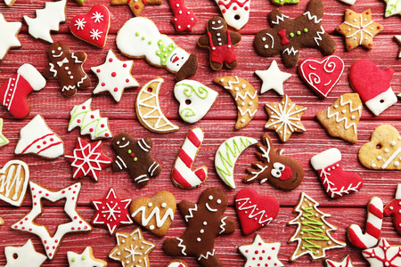 Weihnachtsplätzchen auf einem roten Holztisch