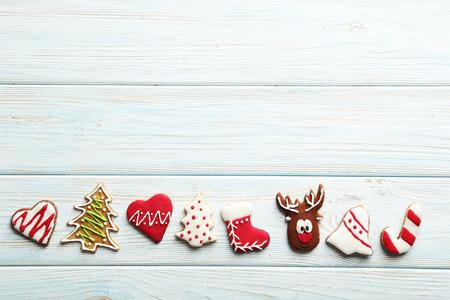 Weihnachtsplätzchen auf einem blauen Holztisch