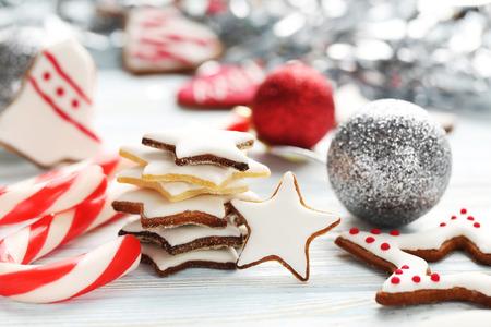 galletas de navidad: galletas de Navidad en una mesa de madera azul