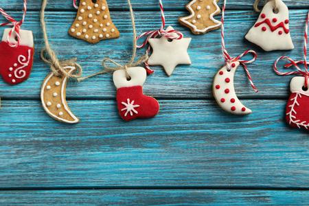 Galletas de Navidad en una mesa de madera azul Foto de archivo - 49304134