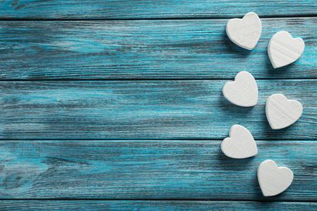 corazones azules: Amor corazones en un fondo de madera azul Foto de archivo
