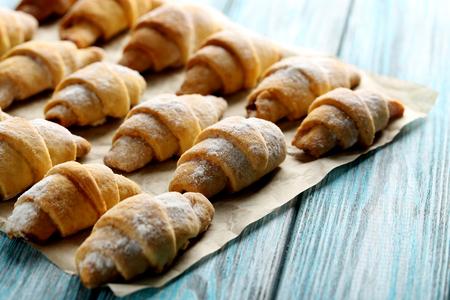 pergamino: cruasanes caseros frescas en un pergamino marrón Foto de archivo