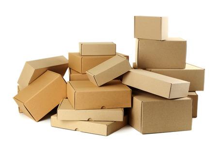 cajas de carton: Cajas de cartón vacías aislados en un blanco Foto de archivo