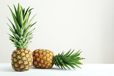 白い木製のテーブルに熟したパイナップル 写真素材