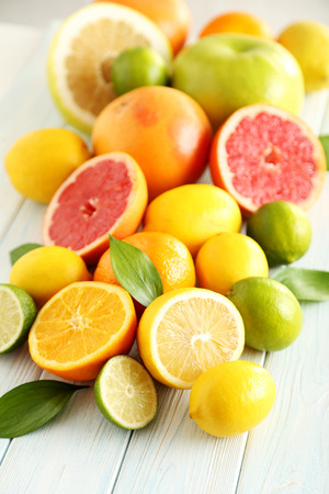 Zitrusfrüchte auf einem blauen Holztisch