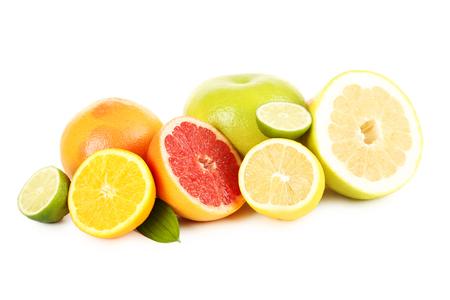 Owoce cytrusowe na białym tle