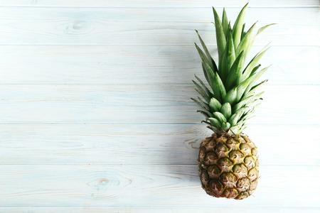 Rijpe ananas op een blauwe houten tafel