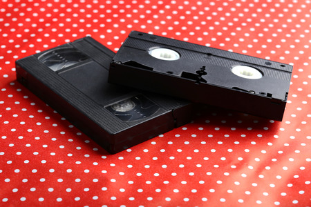 videocassette: Cinta video en el fondo rojo