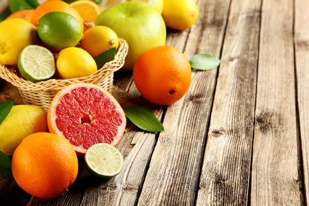 Zitrusfrüchte auf einem braunen Holztisch