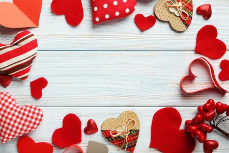 corazones azules: Corazones del amor en una mesa de madera azul Foto de archivo