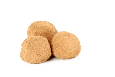 truffe blanche: Doux truffe au chocolat isolé sur blanc Banque d'images