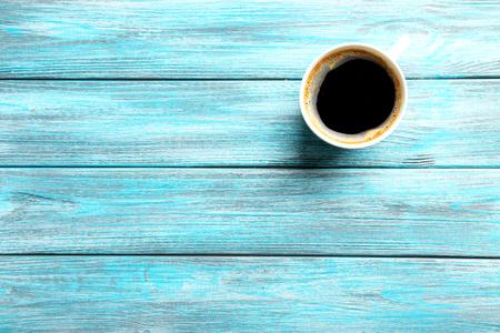 tazas de cafe: Taza de café en una mesa de madera azul
