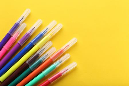 Felt-tip pennen op een gele achtergrond Stockfoto