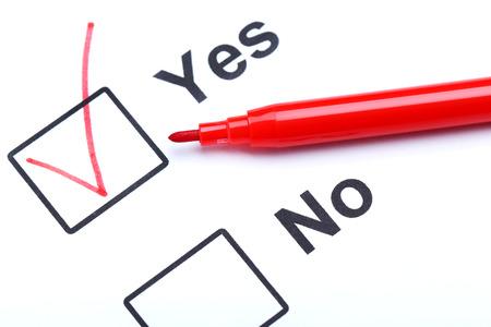Las casillas de verificación sí y no en papel blanco