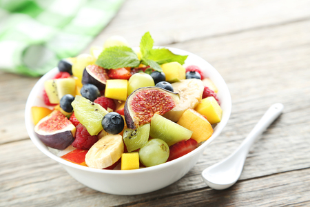 Salade de fruits frais sur une table en bois gris