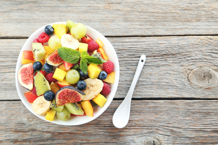 Fresh fruit salad on a grey wooden table Banque d'images