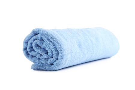 Blauwe handdoek die op een witte achtergrond wordt geïsoleerd