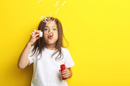 Belle petite fille sur fond jaune Banque d'images - 81507124