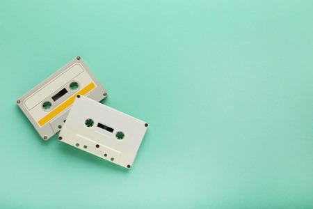 grabadora: Cintas de cassette blanco sobre fondo de menta