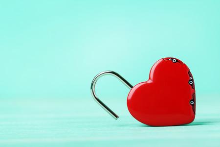 Heart shaped padlock on green background Imagens
