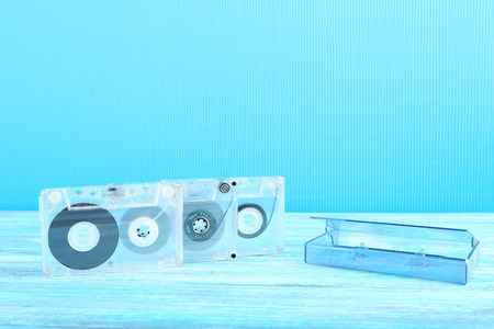 grabadora: Cintas de cassette en la mesa de madera Foto de archivo