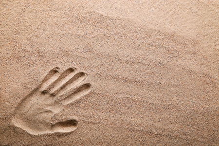 Handprint on the beach sand Banque d'images