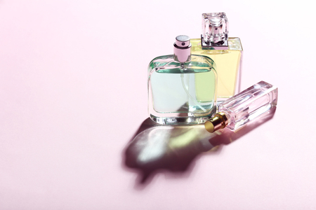 Perfume bottles on pink background 免版税图像 - 97393038