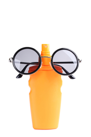 Sunscreen with sunglasses isolated on a white background Banque d'images - 100849040