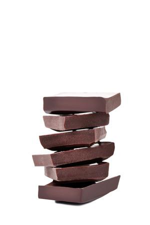 Schokoladenstücke isoliert auf weißem Hintergrund