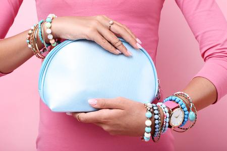Frau mit Handtasche und Armbändern an den Händen