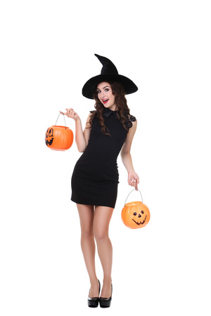 Junge Frau im Halloween-Kostüm mit Kürbiseimern lokalisiert auf weißem Hintergrund