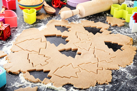 Baking christmas cookies on wooden table Foto de archivo