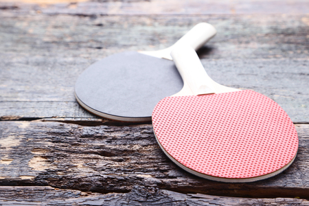 Table tennis rackets on grey wooden table Imagens