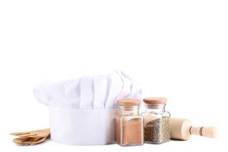Chapeau de chef avec des ustensiles de cuisine sur fond blanc Banque d'images