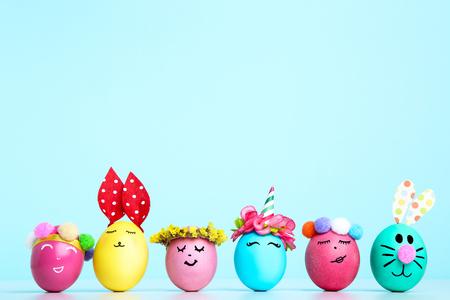 Lindos huevos de Pascua sobre fondo azul.