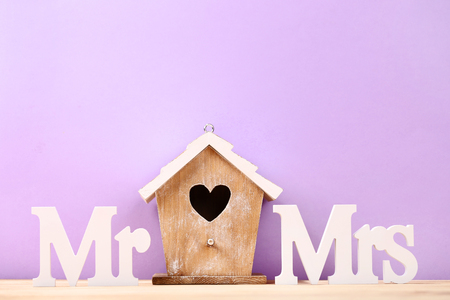 White letters Mr and Mrs with nesting box on purple background Stock fotó