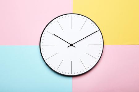 Orologio rotondo su sfondo colorato