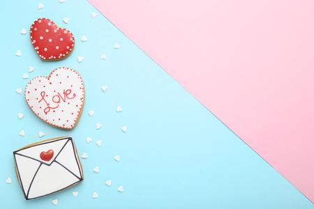 Biscuits de la Saint-Valentin avec des paillettes sur fond coloré Banque d'images