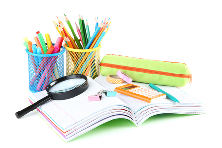 Útiles escolares con cuadernos sobre fondo blanco.