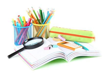 Przybory szkolne z zeszytami na białym tle